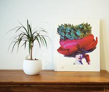 花をモチーフに描かれたイヴ・クレールの絵画