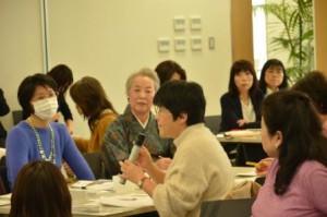 ロート製薬研究員のお話に熱心に質問される参加者さま